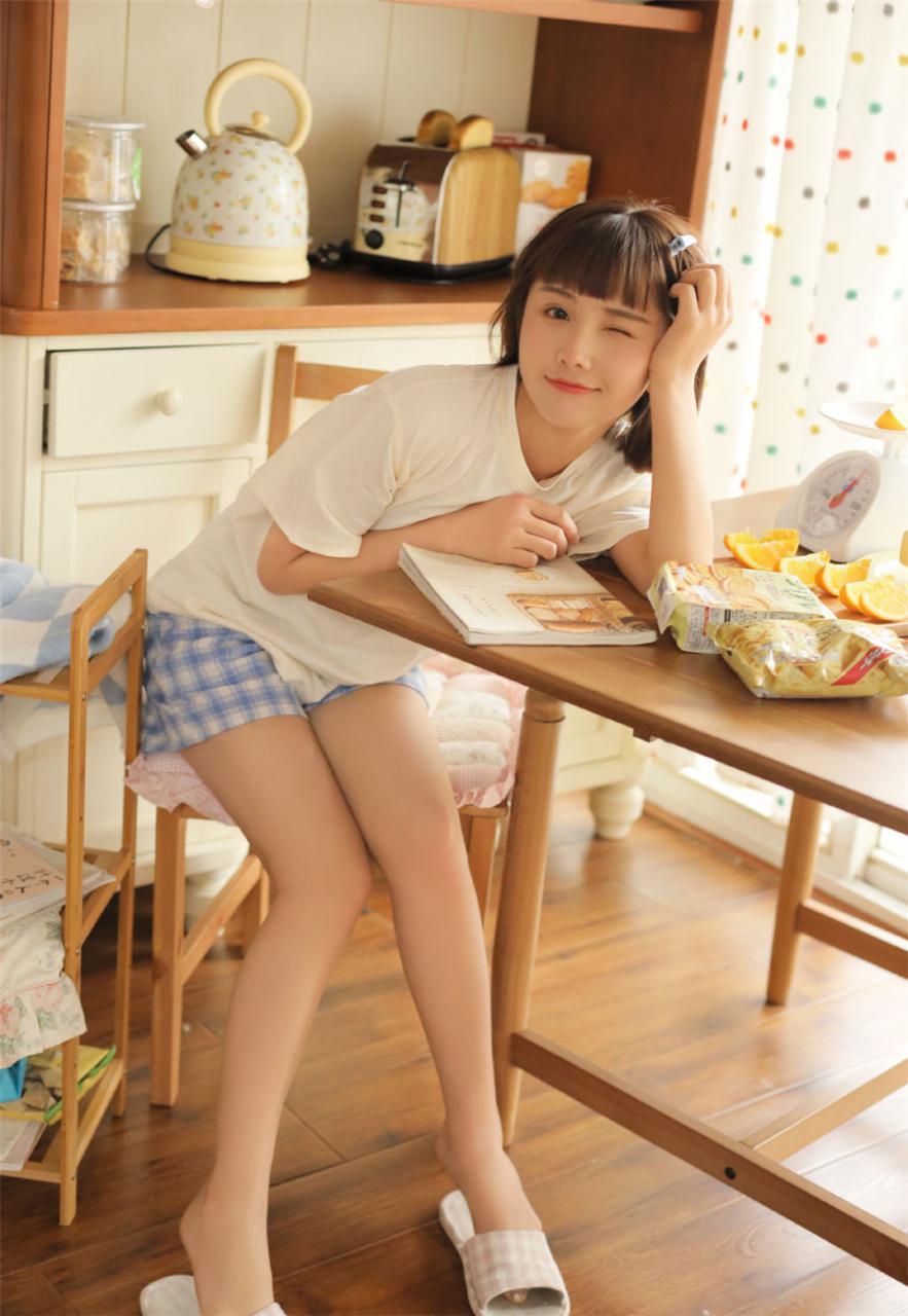 清新灵动短发长腿美少女白色T恤居家生活休闲妩媚写真(1/12) 美女图片 第1张