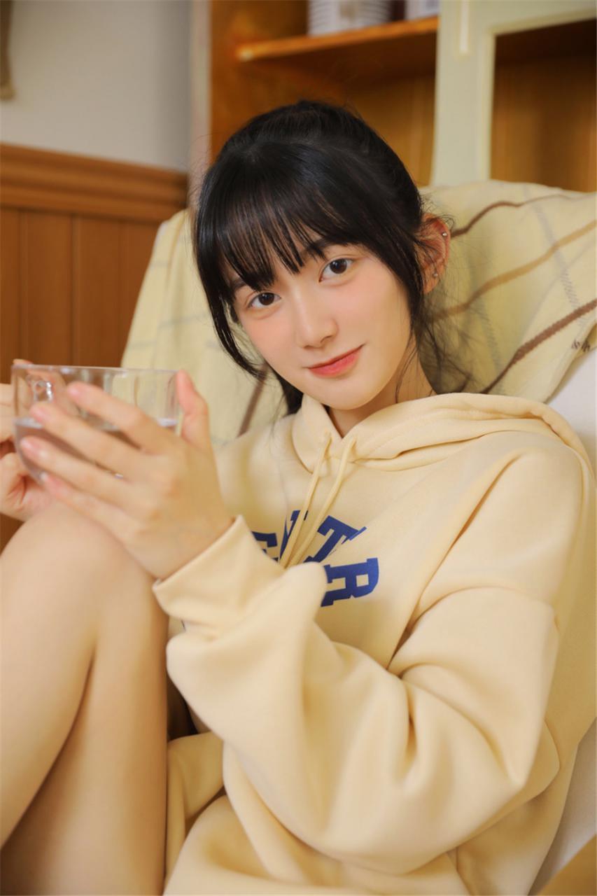清新大眼镜长腿空气刘海萌妹子白色卫衣寝室唯美写真(1/11) 美女图片 第1张