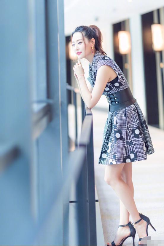 白冰日常裙子也能穿出高级感,窈窕曲线真加分 明星搭配 第1张