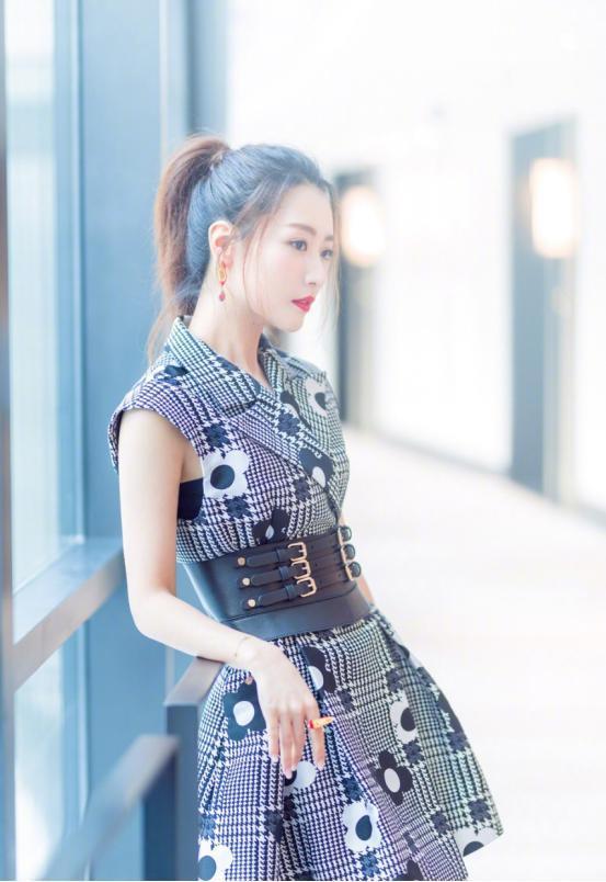 白冰日常裙子也能穿出高级感,窈窕曲线真加分 明星搭配 第3张
