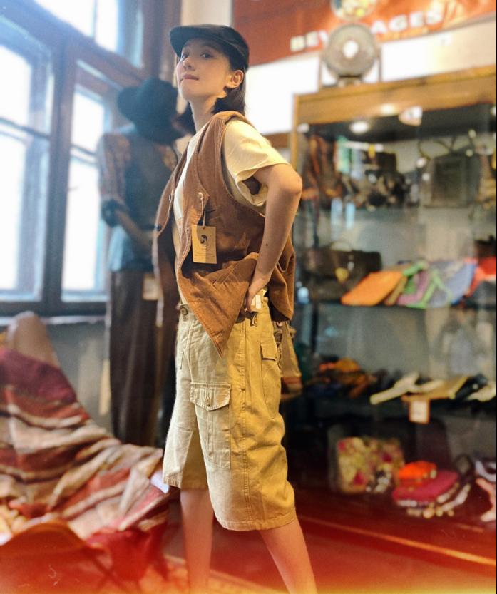 """王鹤润的""""侦探服""""搭配一顶前进帽,复古又酷帅 明星搭配 第5张"""