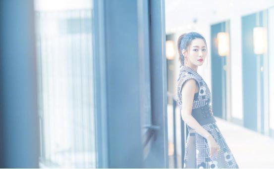 白冰日常裙子也能穿出高级感,窈窕曲线真加分 明星搭配 第5张