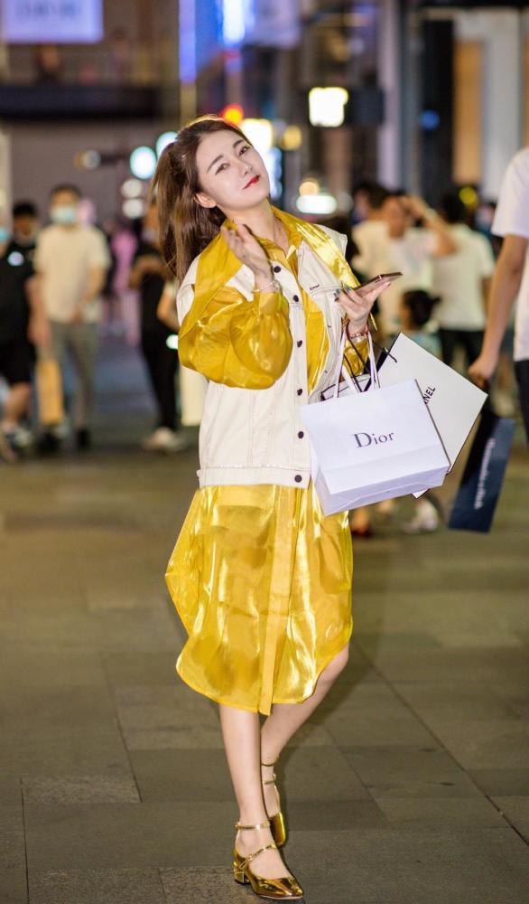 金秋10月姑娘们大胆启用黄色,时髦洋气又好看 街拍潮人 第5张