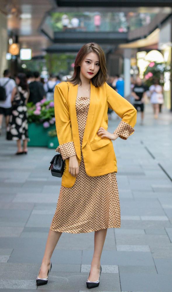 10月街拍:美女选择休闲西装,搭配秋装时髦又洋气 街拍潮人 第1张