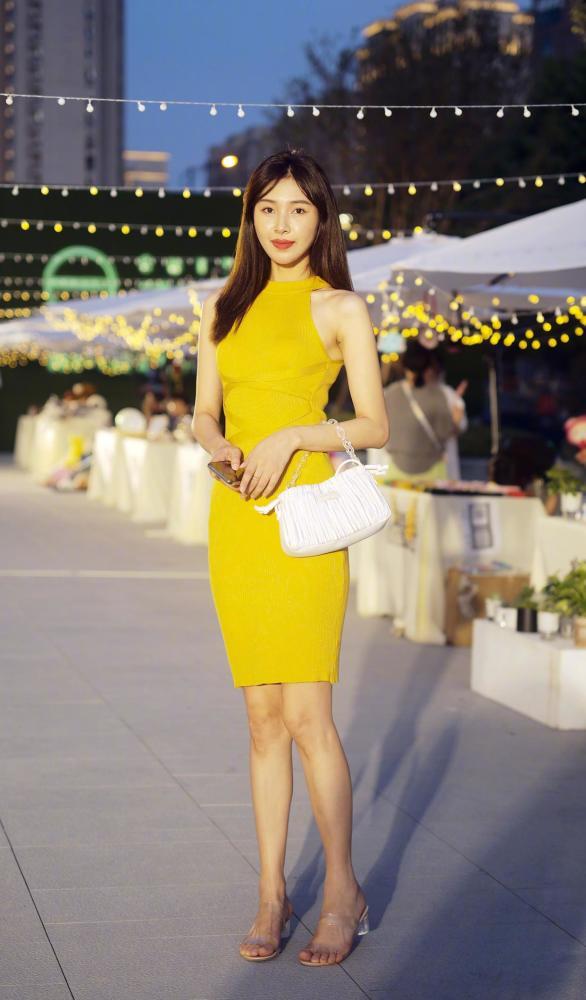 金秋10月姑娘们大胆启用黄色,时髦洋气又好看 街拍潮人 第1张