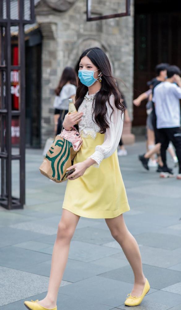 金秋10月姑娘们大胆启用黄色,时髦洋气又好看 街拍潮人 第2张