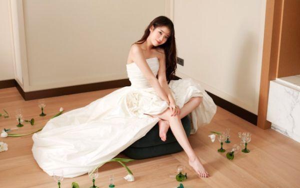 宠粉狂魔李知恩,穿白色礼裙化身花精灵,这就是粉丝喜欢她的原因 明星搭配 第1张