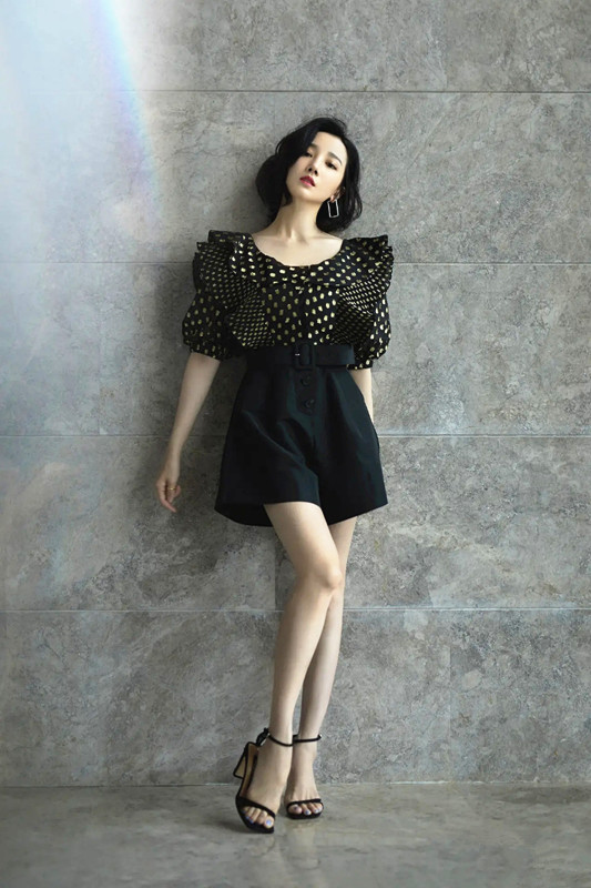 陈小纭低抹胸短裙穿出御姐范 不愧是舞蹈身材 明星搭配 第7张