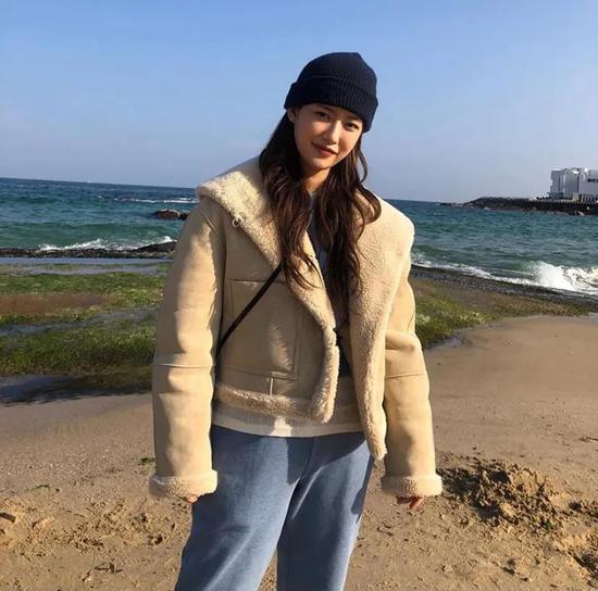 约会必备:韩国女孩的软妹风毛衣 穿搭技巧 第8张