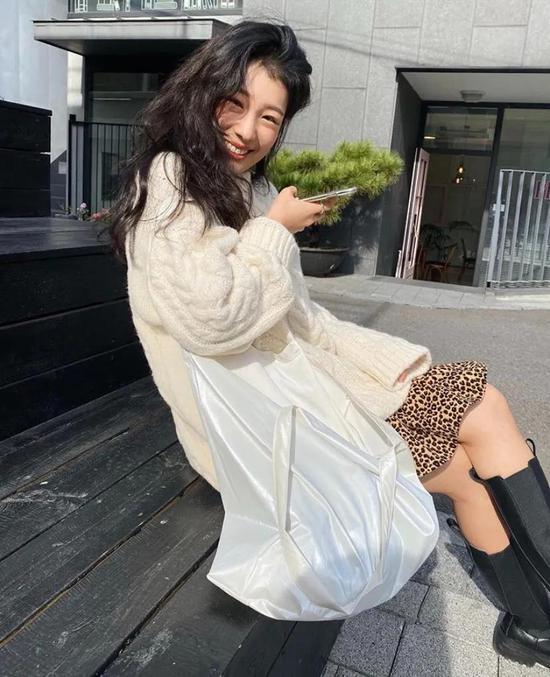 约会必备:韩国女孩的软妹风毛衣 穿搭技巧 第3张