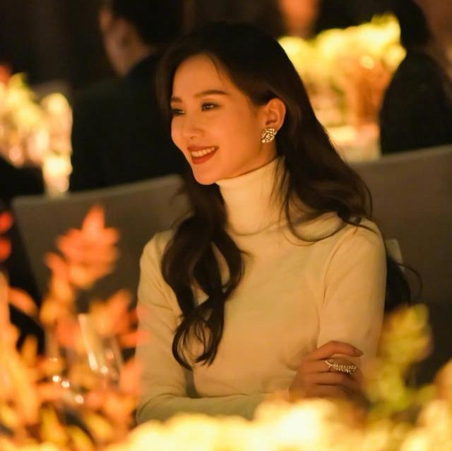 刘诗诗像小说了的豪门千金 高贵典雅 网友:太美了 明星搭配 第2张