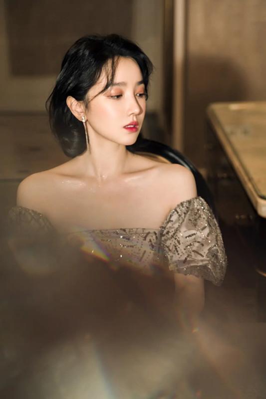 陈小纭低抹胸短裙穿出御姐范 不愧是舞蹈身材 明星搭配 第2张