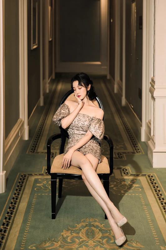 陈小纭低抹胸短裙穿出御姐范 不愧是舞蹈身材 明星搭配 第3张