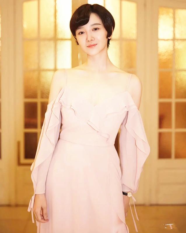 陈小纭低抹胸短裙穿出御姐范 不愧是舞蹈身材 明星搭配 第6张