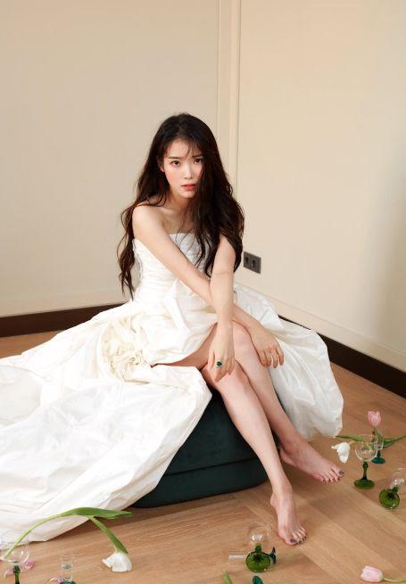 宠粉狂魔李知恩,穿白色礼裙化身花精灵,这就是粉丝喜欢她的原因 明星搭配 第2张