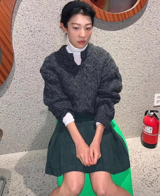 约会必备:韩国女孩的软妹风毛衣 穿搭技巧 第4张