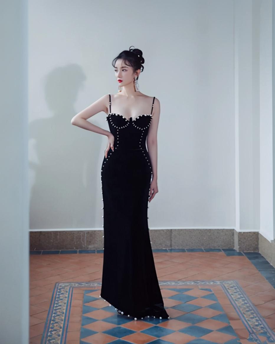 陈小纭低抹胸短裙穿出御姐范 不愧是舞蹈身材 明星搭配 第5张