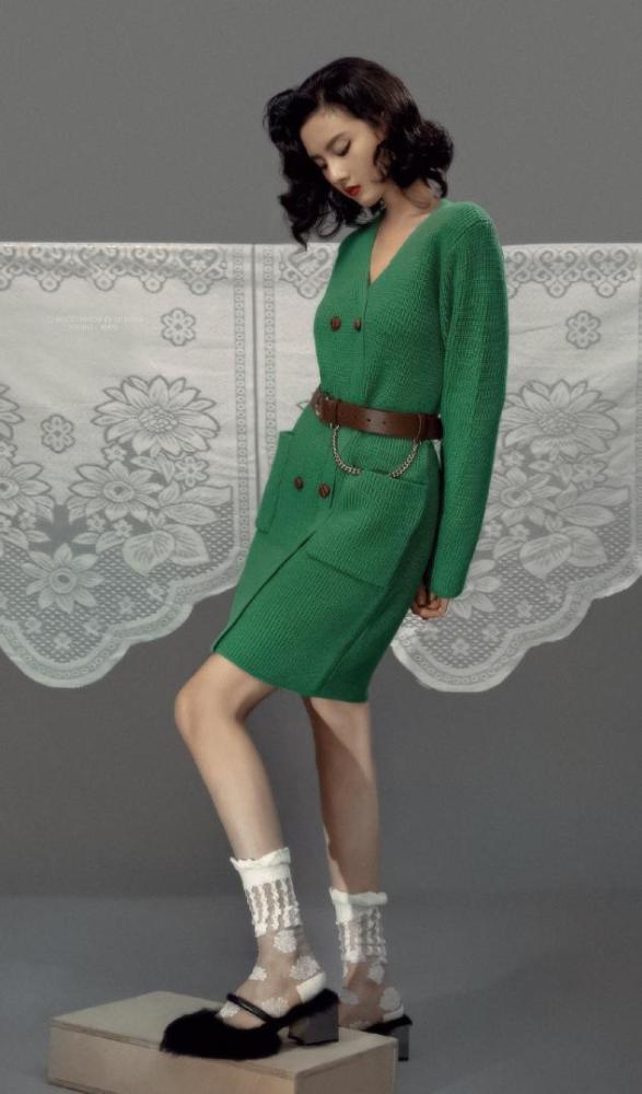 宋祖儿穿绿色毛衣裙配大卷短发,复古魅力又有女人味 明星搭配 第1张