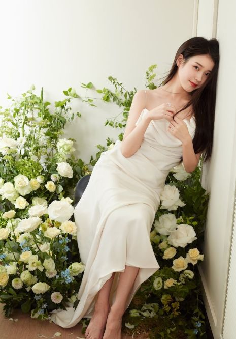 宠粉狂魔李知恩,穿白色礼裙化身花精灵,这就是粉丝喜欢她的原因 明星搭配 第3张