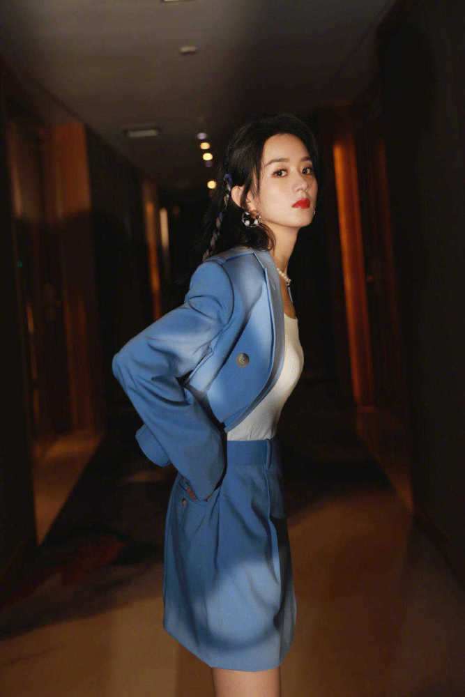 赵丽颖自从当妈之后气质开挂!穿蓝色西服套装高级大气 明星搭配 第3张
