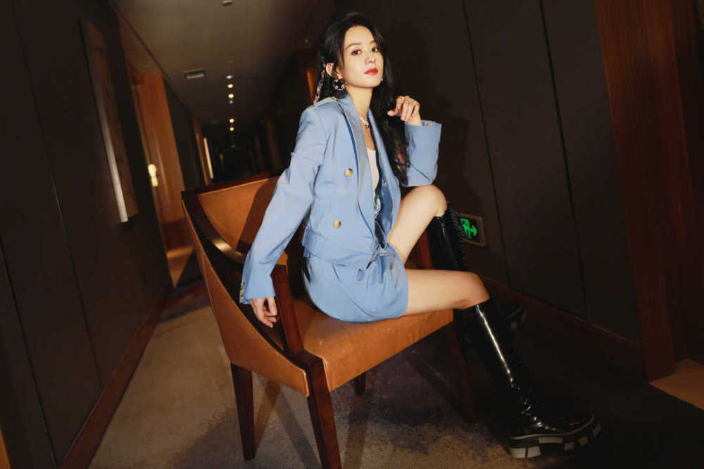 赵丽颖自从当妈之后气质开挂!穿蓝色西服套装高级大气 明星搭配 第6张