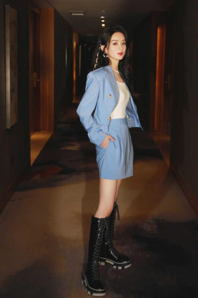 赵丽颖自从当妈之后气质开挂!穿蓝色西服套装高级大气 明星搭配 第1张