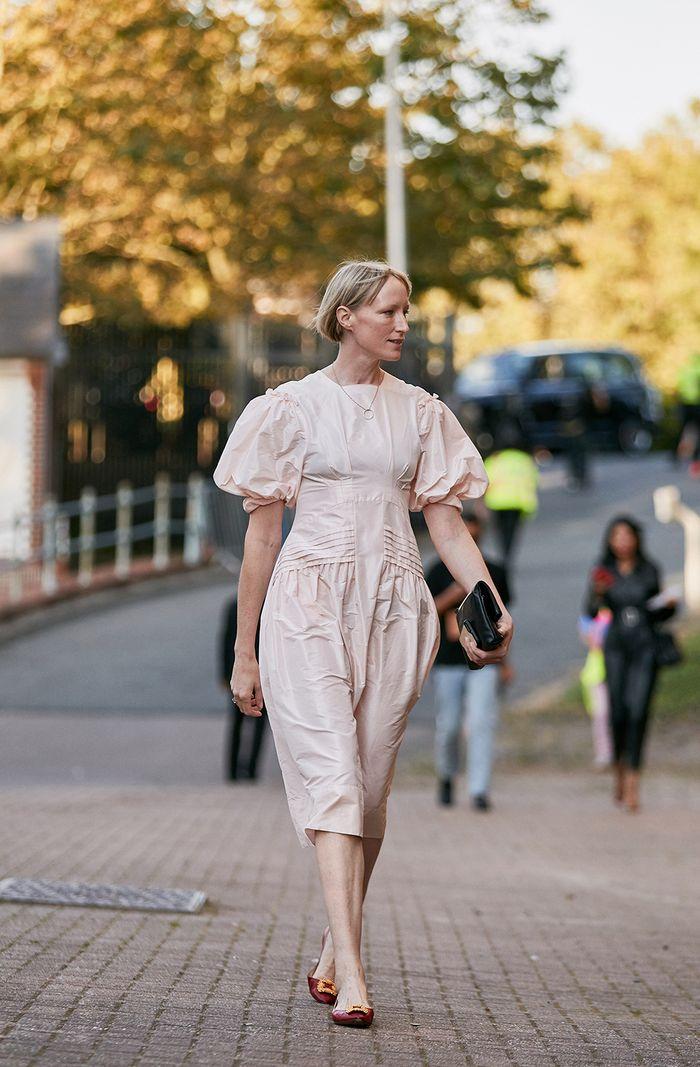 """欧美街拍:今夏自带可爱滤镜的""""蓬袖洋装"""",欧美潮人已抢先穿上 街拍潮人 第6张"""