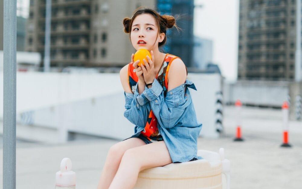 元气满满的橘子味双丸子头美女图片写真 美女图片 第1张