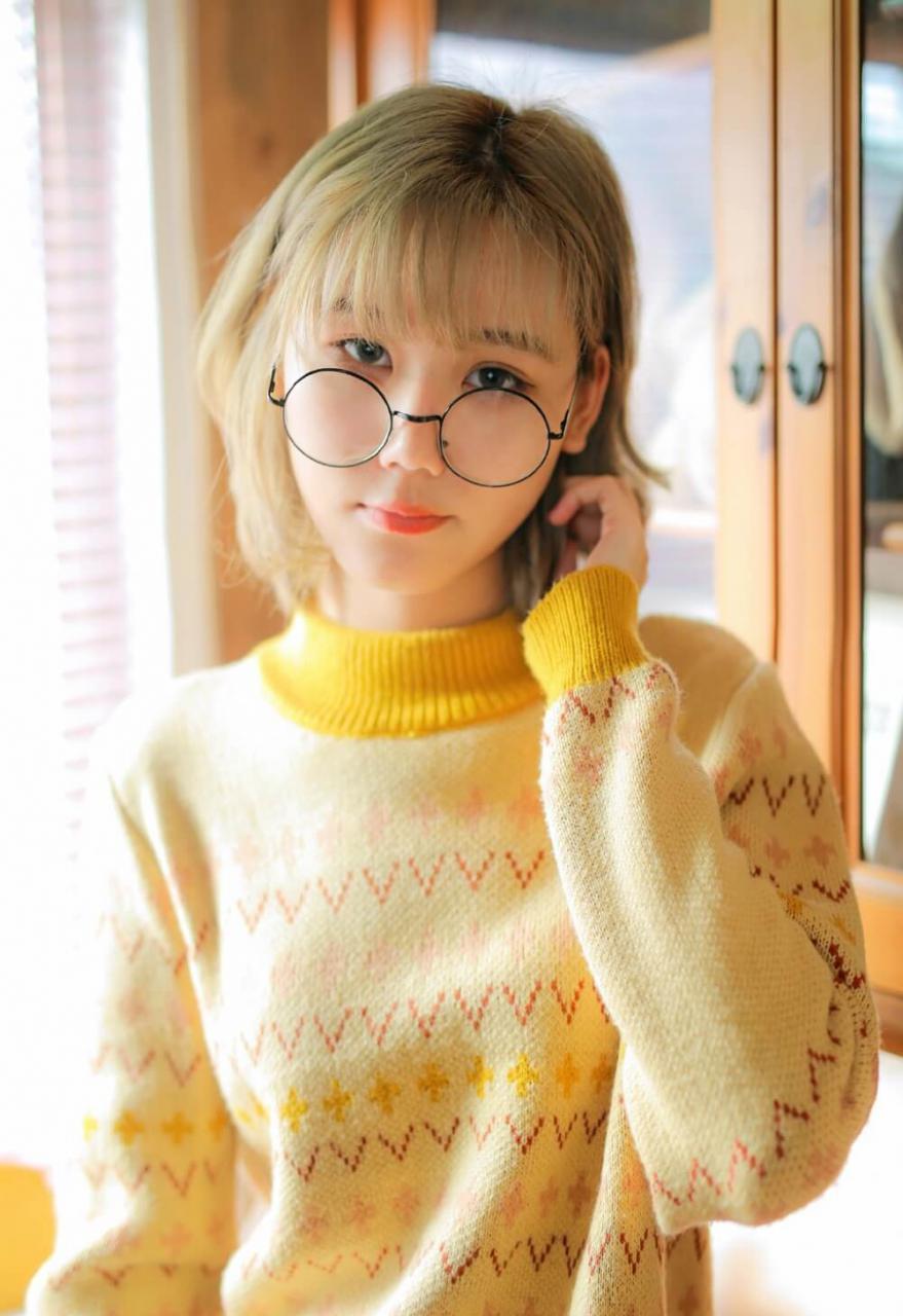 二次元风格小姐姐穿鹅黄色圆领毛衣可爱私拍图片 美女图片 第1张