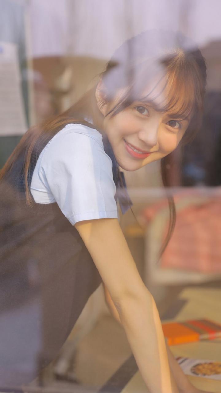 极具灵气小姑娘JK短裙隔着玻璃清纯艺术图片 美女图片 第1张